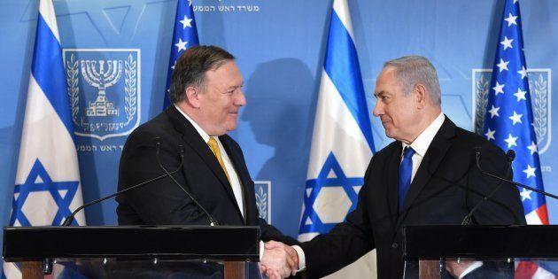 El secretario de Estado norteamericano, Mike Pompeo, y el primer ministro de Israel, Benjamín Netanyahu,...