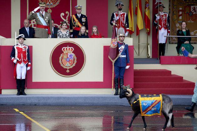 La cabra de La Legión pasa frente a los reyes y las infantas, en