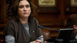 Críticas a Ada Colau por este tuit tras el adiós de Iniesta al