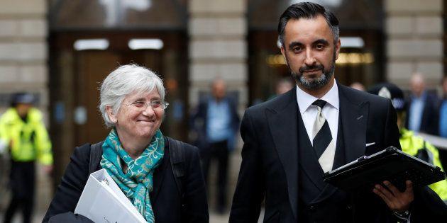 La ex consellera Clara Ponsati y su abogado, Aamer Anwar, abandonan los juzgados de Edimburgo, el pasado...