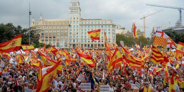 Un grupo de personas con banderas de España, en la concentración anti-independencia de hoy en