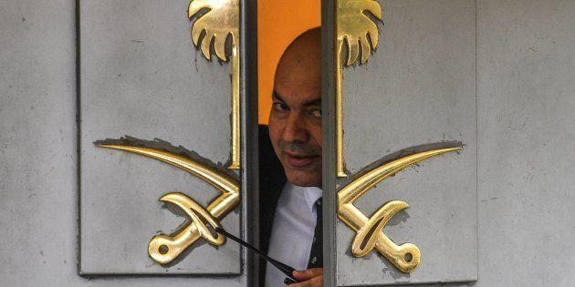 Un vigilante de seguridad se asoma a la puerta del consulado de Arabia Saudí en Estambul, donde se le...