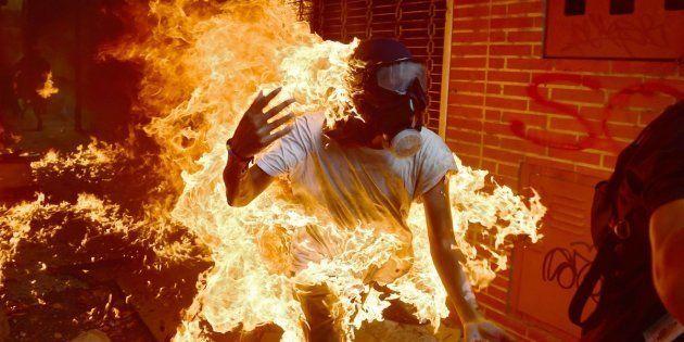 Un manifestante, en llamas durante un enfrentamiento con los antidisturbios el 3 de mayo de 2017 en Caracas