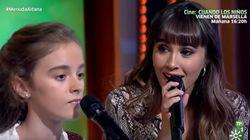 La niña está a punto de darse cuenta de que Aitana canta a su lado: su reacción es