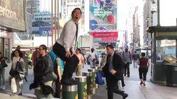 Un hombre canta y baila 'Cómeme el donut' en las calles de Nueva