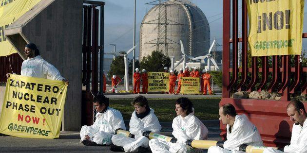 Acción de activistas de Greenpeace a favor del cierre de la central nuclear de Vandellós en