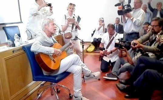 Claudio Baglioni improvisando en la Asociación de la Prensa Extranjera en