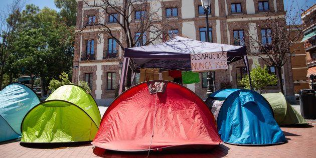 Sin casa, en tiendas de campaña y a 40 grados: así malviven Lidia, Santiago y sus cuatro