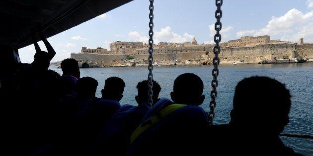 Un grupo de migrantes divisa Malta desde el Aquarius, el pasado
