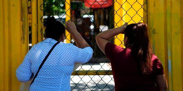 Dos mujeres en la entrada de la cárcel de mujeres de San
