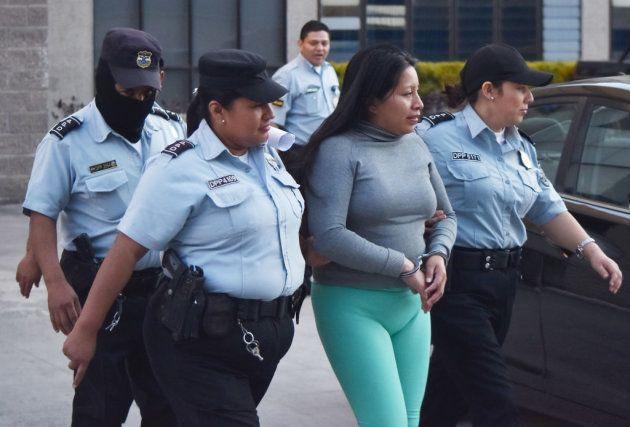 Theodora Vásquez es escoltada al final de la audiencia celebrada para revisar su sentencia de 2008 el...