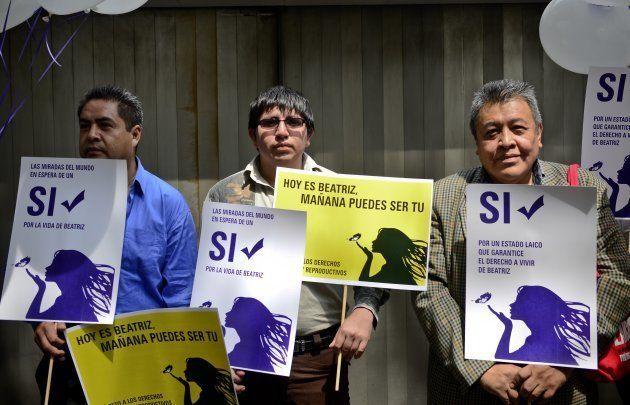 Miembros Amnistía Internacional, frente a la embajada de El Salvador en la ciudad de México, el 29 de...