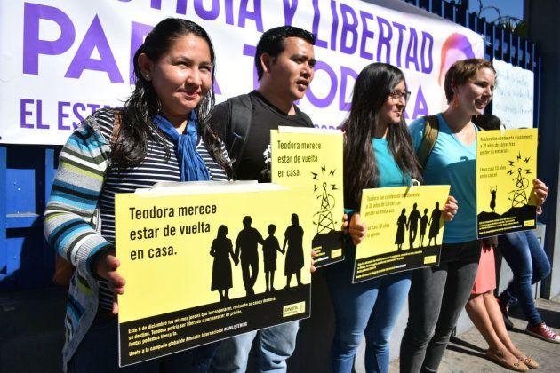 Varios manifestantes exigen la liberación de Teodora Vásquez frente al Centro Judicial de Isidro Menéndez...