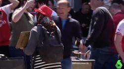 Los 'hooligans' del Arsenal vuelven a humillar a varios mendigos en el centro de