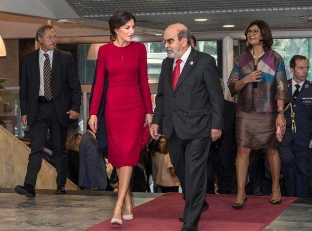 La reina Letizia acompañada por el director general de la Organización de la ONU para la Alimentación...