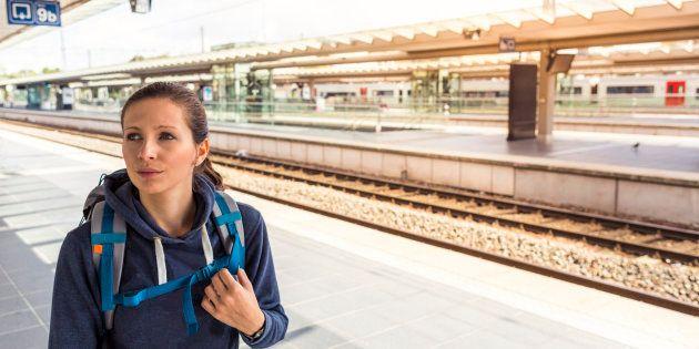Una joven espera su tren en la estación de Bruselas Norte, en la capital