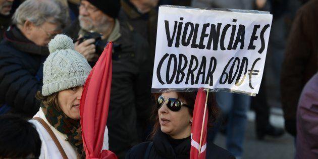 Manifestantes en una protesta convocada por UGT y CCOO contra la pobreza y celebrada en Madrid en diciembre...