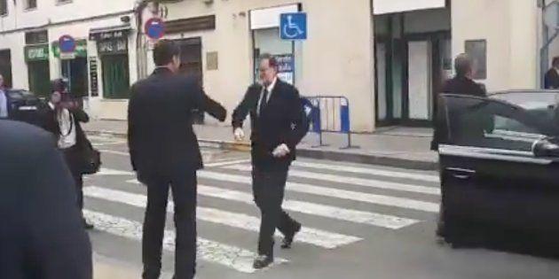 La mano derecha de Rajoy, 'pillada' hablando de los pitos al presidente: