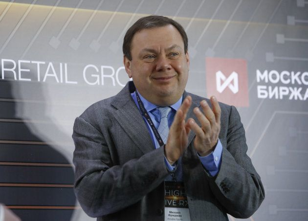 El magnate ruso Mikhail Fridman, dueño de la cadena de supermercados X5 Retail Group, aplaude en la ceremonia...
