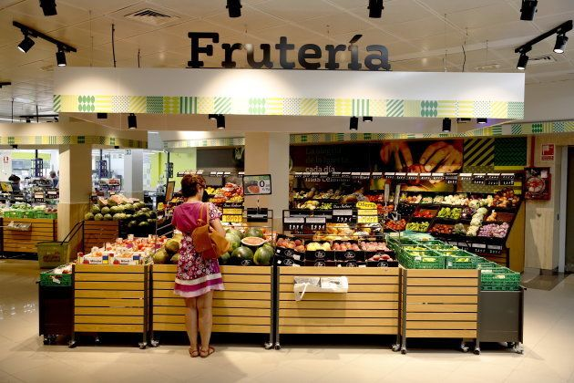 Un mujer compra fruta en un supermercado de La Plaza de Dia en
