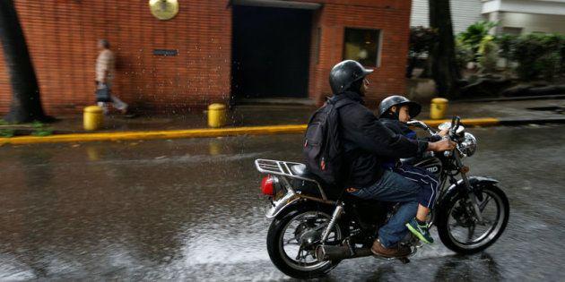 Un motorista pasa hoy ante la Embajada de España en