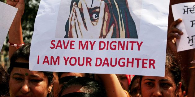 Dos adolescentes violadas, rociadas de gasolina y quemadas en la