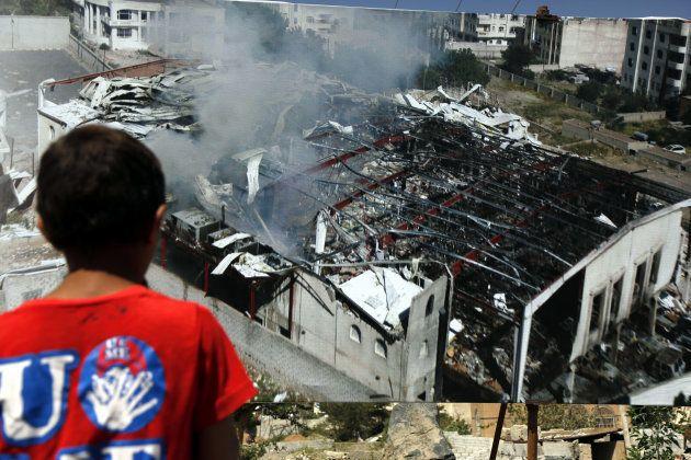 Un niño mira un panel de la sala Al Kubra después de ser destruida por un ataque aéreo el 8 de octubre...