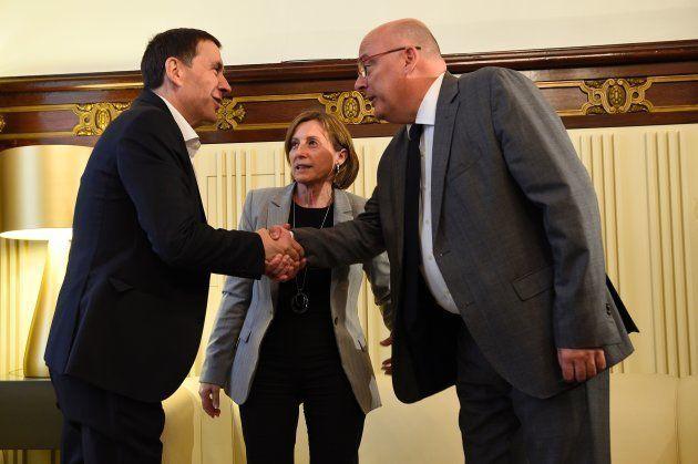 Otegui con Carme Forcadell y Lluis Corominas en un encuentro en el Parlamento catalán en mayo de