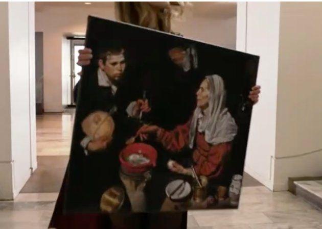 La protagonista de la serie con el cuadro de Velázquez 'Vieja friendo