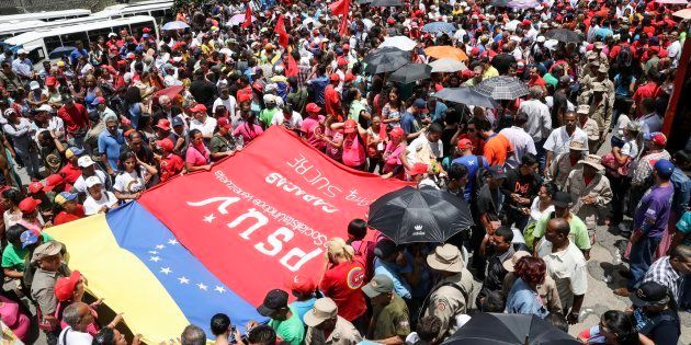 Chavistas participan en una manifestación para apoyar la instalación de la Asamblea Nacional Constituyente...