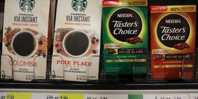 Productos de Starbucks y Nestle en un estante de un