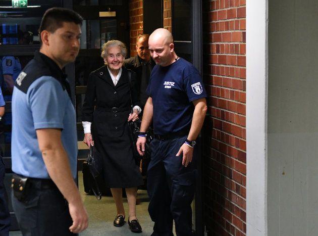 Ursula Haverbeck, escoltada por la Policía, en una de las sesiones de su juicio, el pasado