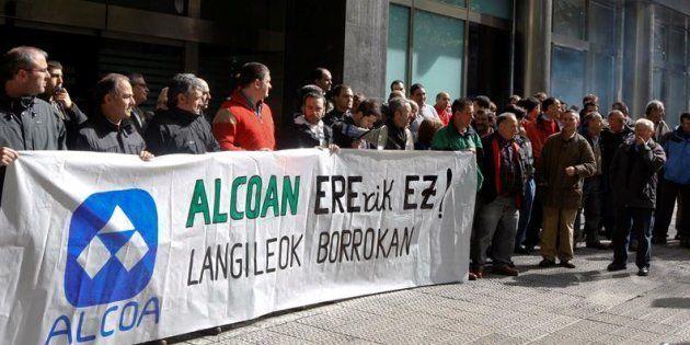 Trabajadores de la planta de Alcoa en la localidad vizcaína de Amorebieta durante una concentración.