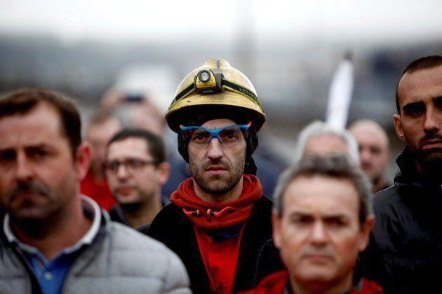 Un grupo de trabajadores de la empresa de Alcoa en A Coruña se manifiesta contra el cierre de la