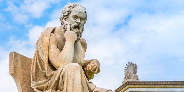 Estatua del filósofo Sócrates en Atenas,
