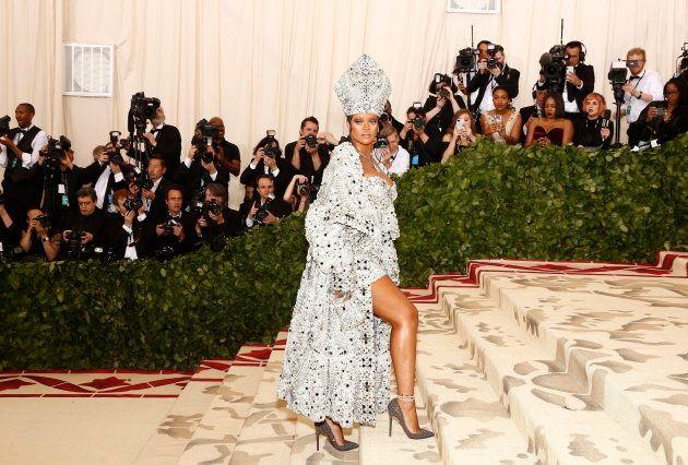 Rihanna se viste de papa en la Gala del Met y responde a nuestras