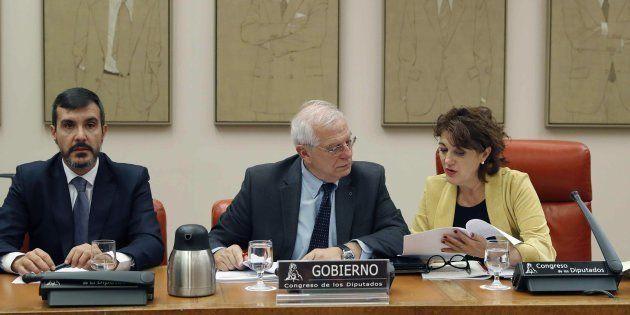 El ministro Josep Borrell, en el centro, durante su comparecencia en el