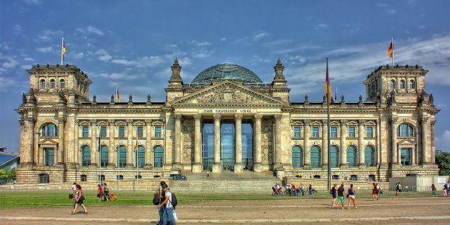 Dos turistas chinos detenidos en Berlín por hacer el saludo