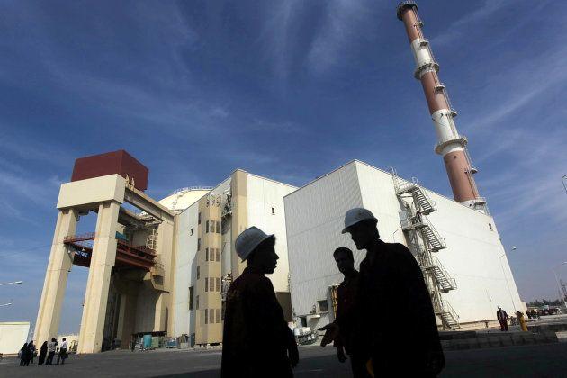 Trabajadores en la planta de energía nuclear de Bushehr, a unos 1.200 kilómetros de Teherán, en una imagen...