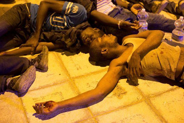 Unos 200 inmigrantes cruzan el paso ceutí del Tarajal a la