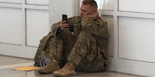 La imagen captada por una usuaria de Facebook del soldado mientras este ve a través de su móvil el nacimiento...