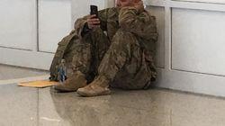 La emotiva foto viral de un soldado que tiene que ver el nacimiento de su hija a través de una