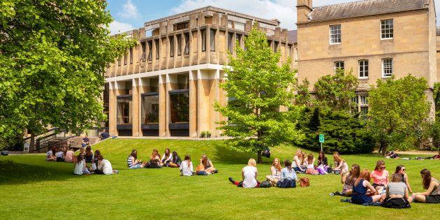Estudiantes disfrutando de su tiempo libre en el Balliol College de la Universidad de