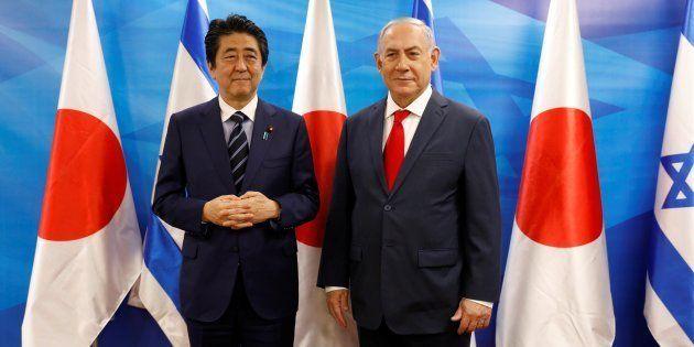 El primer ministro israelí, Benjamin Netanyahu, recibe a su homólogo japonés, Shinzo Abe, el pasado día...