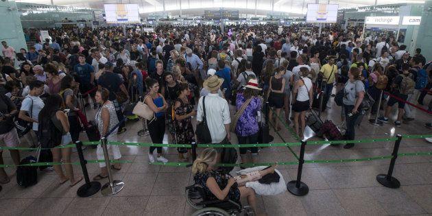 Colas para acceder al control de seguridad del Aeropuerto de Barcelona-El Prat el pasado
