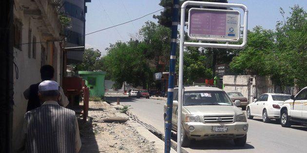 Dos hombres caminan en Kabul cerca del lugar en el que han ocurrido los