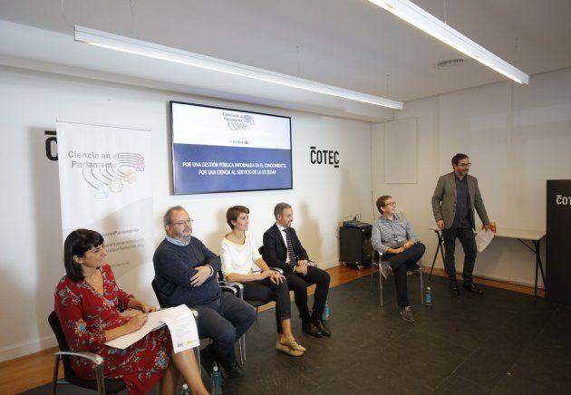 Los diputados María González (PSOE), Joan Olòriz (ERC), María Rosa Martínez (Unidos Podemos) y Juan Bravo...
