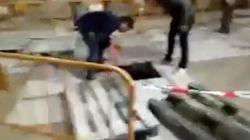 Un hombre ebrio se cae por una alcantarilla en
