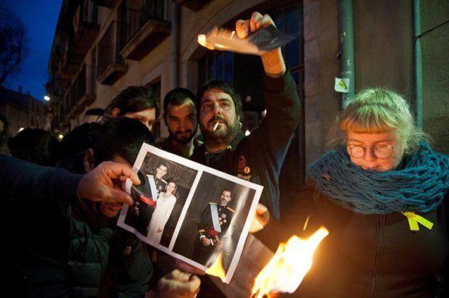 Archivada la denuncia policial contra una joven que participó en una quema de fotos del rey en