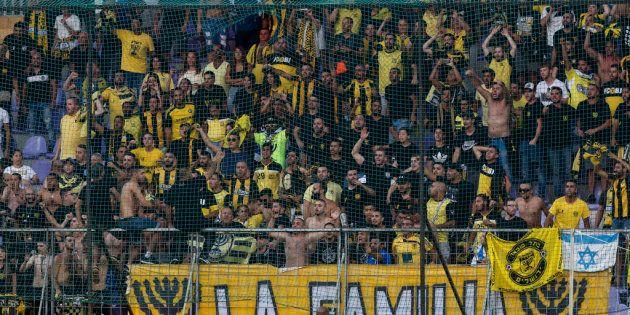 Un equipo de fútbol israelí conocido por sus hinchas racistas recibe un premio contra el